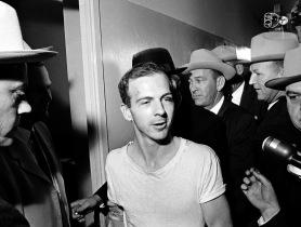 Oswald lors de ses deux jours de détention au poste de police de Dallas, Texas, en novembre 1963.