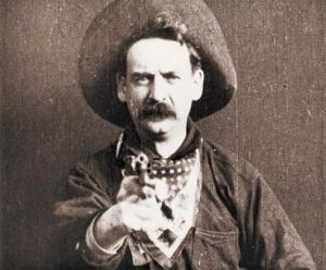 Broncho Billy Anderson fixant la caméra lors du dernier plan du film The Great Train Robbery, en 1903.