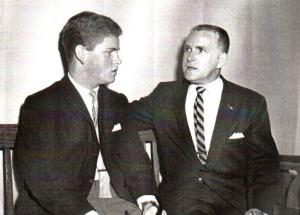 Michel, le frère de Denise Therrien, et son père Henri Therrien, attendant le verdict à l'enquête du coroner en 1965.