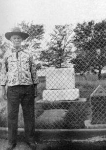 Le 6 juillet 1950, Brushy Bill Roberts posait devant ce qui devait être sa pierre tombale depuis 1881, à Fort Sumner, Nouveau-Mexique.