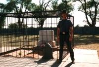 En août 1999, Eric Veillette posait devant la prétendue pierre tombale de Billy the Kid à Fort Sumner, N.-M., là où se tenait Brushy Bill Roberts 49 ans plus tôt.
