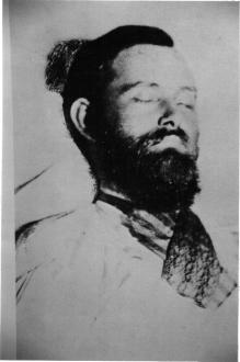 """Le corps de Jesse James. Le célèbre hors-la-loi a été tué le 3 avril 1882 par un jeune homme qu'on désigna par la suite comme un """"sale petit lâche"""", mais ce terme est-il réellement approprié?"""