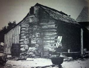 Officiellement, cette maison, qui faisait partie du ranch surnommé Younger's Bend, fut habitée par Belle Starr à partir de 1880.  Il se pourrait bien qu'elle l'air cependant habitée en 1874.  À gauche, on constate la présence d'une cuisine d'été et à droite une rallonge accommodant les criminels qu'elle avait l'habitude de recueillir chez elle.  On ignore cependant la date de cette photo.