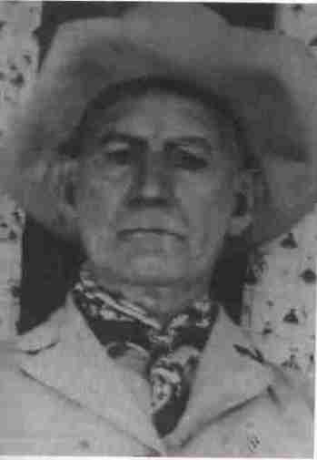 """En 1950, William H. """"Brushy Bill"""" Roberts sortait de l'ombre pour affirmer être Billy the Kid, que tout le monde croyait mort depuis 1881. Plutôt que de s'en tenir aux versions officielles, il fit quelques révélations surprenantes qui, plus de 60 ans plus tard, continuent de mystifier les historiens."""