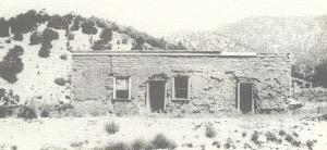 Maison de Blazer identifiée en 1926 par Frank Coe.  C'est derrière l'une de ces sombres fenêtres que Buckshot Roberts mena une partie de son combat du 4 avril 1878.