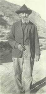 George Coe en 1927.  On remarque l'index de sa main droite qui est manquant, triste souvenir de la fusillade contre Buckshot Roberts en 1878.  Peu après, George quitta la région.  En 1879, il épousait Phoebe Brown et c'est avec elle qu'il revint dans le comté de Lincoln en 1884.  Plus tard, il écrivit ses mémoires et se rappela jusqu'à sa mort de son amitié avec Billy the Kid.  George s'est éteint à Roswell le 14 novembre 1941.