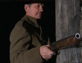 Les problèmes ont commencés lorsque des agents de la RCMP se sont rendus jusqu'à la cabane de Johnson pour le questionner en lien avec la disparition de pièges appartenant à des trappeurs.