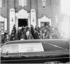 Arrivée du cercueil à l'église Ste-Marguerite de Trois-Rivières, le 13 novembre 1969.