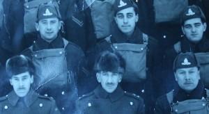 Gaston Toutant, à haut à gauche, lors de son entraînement avant le départ du 4ème Régiment pour l'Angleterre.