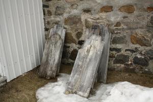 Lors de ma visite du cimetière de St-Étienne-des-Grès en 2011, ces vieilles épitaphes se trouvaient derrière l'église, mais aucune trace de la mémoire de Rose-Anna Lavallée ou de son assassin.