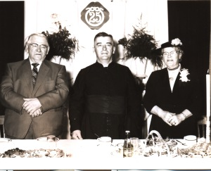 Au 25ème anniversaire de son ordination, le curé Leblanc eut le plaisir d'être entouré de ses parents.