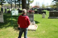 Eric Veillette devant la sépulture d'Aurore Gagnon, mai 2015.