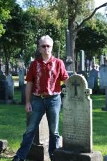 L'auteur Eric Veillette au côté de la sépulture de Blanche Garneau (1899-1920), cimetière St-Charles, Québec, septembre 2015.