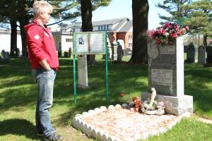 L'auteur Eric Veillette devant la sépulture d'Aurore, en mai 2015.