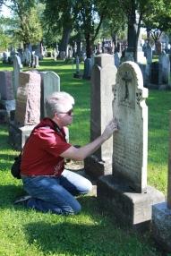L'auteur devant la pierre tombale de Blanche Garneau, été 2015, cimetière St-Charles, Québec.