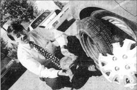 Denis Lefebvre, avec la pierre qui a endommagé son véhicule quelques semaines après le meurtre de Cynthia Crichlow (photo: La Presse).
