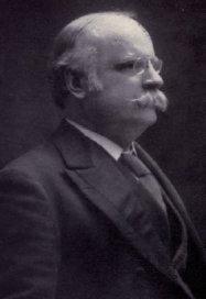 """Charles J. Doherty était ministre de la Justice fédéral depuis le 10 octobre 1911. Juge et homme politique, Doherty avait vu le jour à Montréal en 1885. Il a étudié à McGill et enseigné le droit civil et international. Il a été """"juge à la Cour supérieure du Québec de 1891 à 1906"""". Il est élu député en 1908. En 1918 et 1919, il avait représenté le Canada à la Conférence de la paix à Versailles. En 1912, il avait également fondé l'Association du Barreau canadien. Doherty sera nommé Conseil privé britannique en 1921 et la même année quitte son poste de ministre de la Justice. Il décédera le 28 juillet 1931, alors que Marie-Anne Houde croupissait toujours derrière les barreaux."""