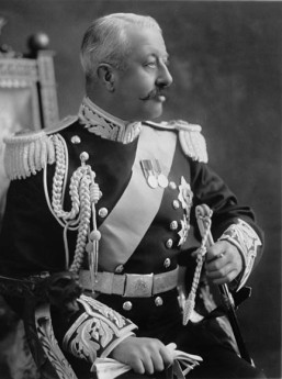 Victor Cavendish, duc du Devonshire, était Gouverneur Général du Canada au moment où il fallut décider du sort de Marie-Anne Houde. C'est à lui que la marâtre doit la vie, puisque sa sentence de mort a été commuée en emprisonnement à vie 48 heures avant sa pendaison. Cavendish s'est éteint en 1938, soit deux ans après la marâtre.