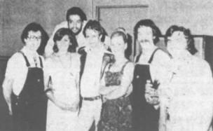 """Sur cette photo, parue en 1978 lors de l'annonce de l'ouverture d'une discothèque à St-Wenceslas, on remarque Martine Bellemare (deuxième personne à partir de la gauche) ainsi que Pierre Grondin (penché au-dessus de son épaule). Le paragraphe qui accompagne la photo décrit Martine comme """"hôtesse"""" et Pierre comme """"superviseur""""."""