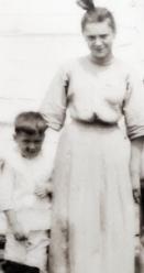 Léna Morin (à droite) n'avait que 15 ans lorsqu'elle a témoigné lors du procès du meurtrier Aurèle Veuillette. On la voit ici en compagnie de son petit frère, Paul Jr., qui fut l'une des victimes de Veuillette.