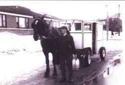 Léo-Paul Guérin avec son cheval et sa voiture à lait