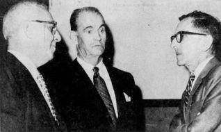 Le directeur de la police de Trois-Rivières, M. Delage (au centre), et le gérant de la Ville, Roger Lord (à droite), pendant les audiences de la Commission de police du Québec, en août 1969.